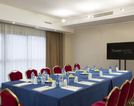 The meeting room features natural light and state-of-the-art technologies